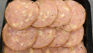 Gesneden kipgrilworst kaas